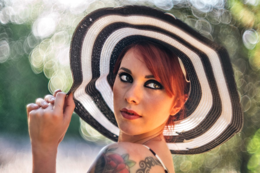 ragazza-capelli-rossi-ginger-red-girl-tatuaggio-cappello