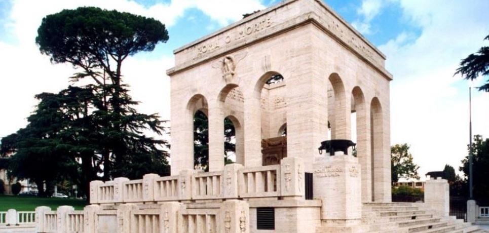 monumento-marmo-bianco-cielo-alberi