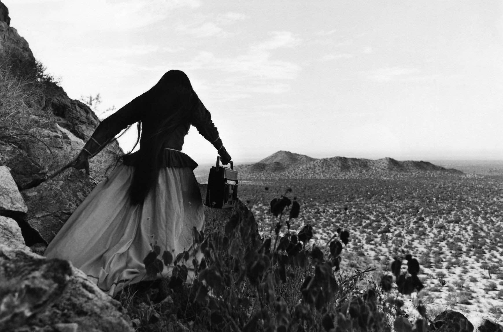 deserto-rocce-fiori-donna