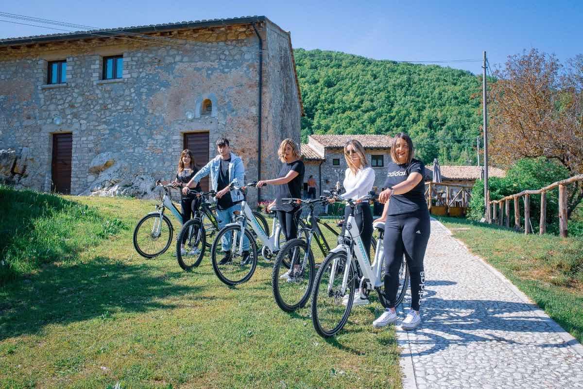 biciclette-ragazzi-ostello-monti-verde-alberi