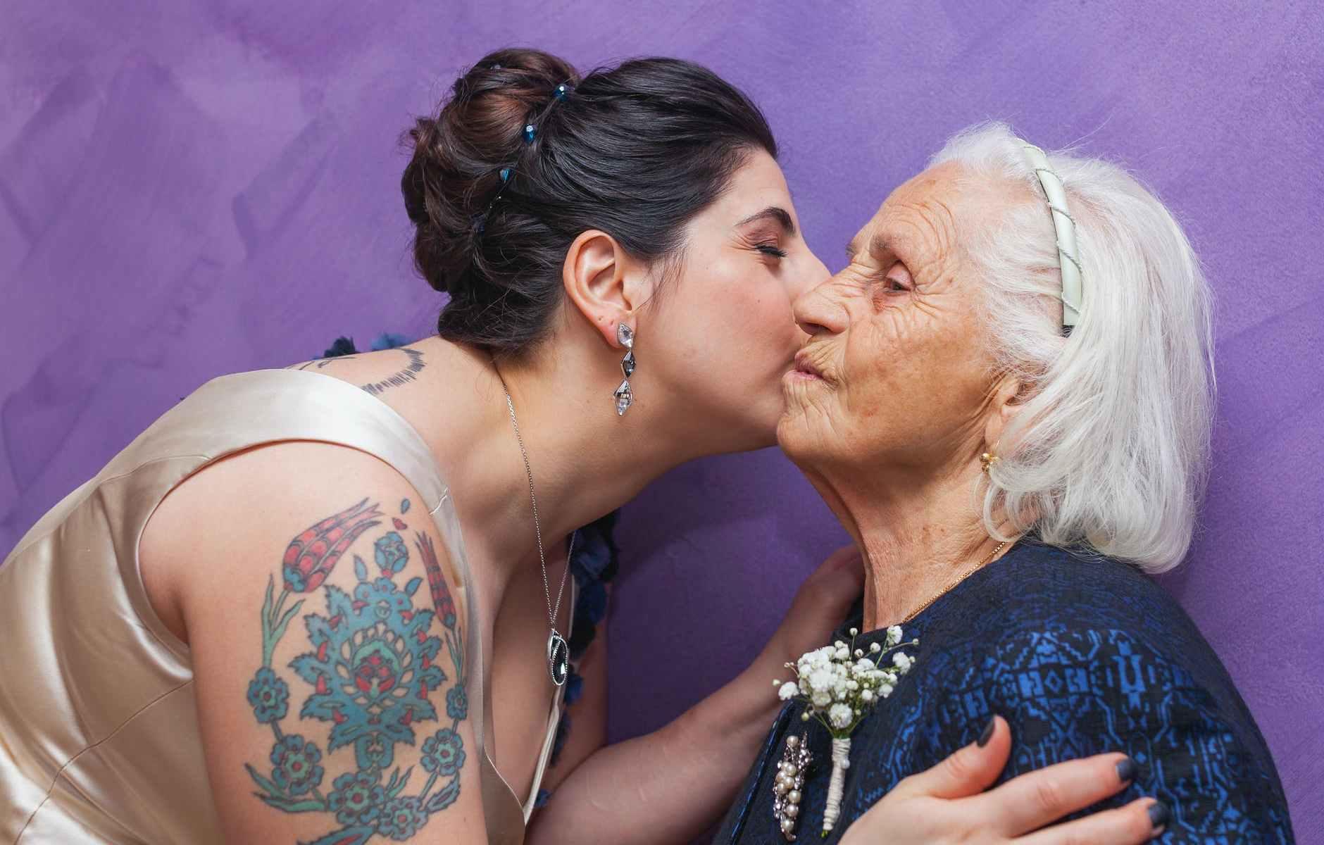 ragazza-anziana-bacio-tatuaggio
