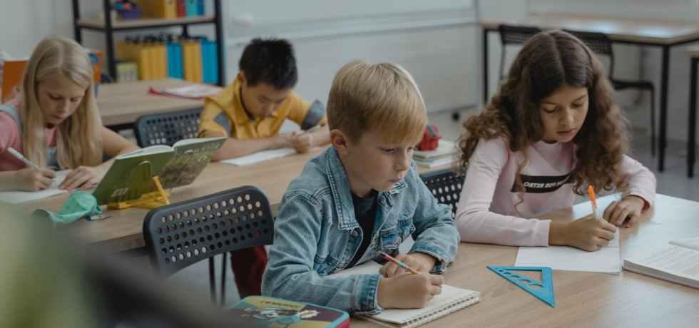 scuola-bambini-banchi-sedie-matita-squadra