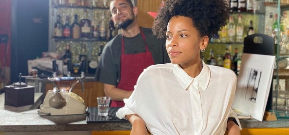 ragazza-afro-ragazzo-bancone-telefono