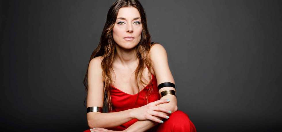 ragazza-bracciali-vestito-rosso