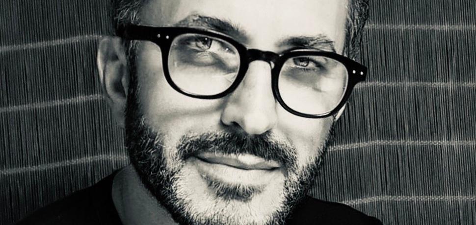 ragazzo-occhiali-barba-bianco-nero