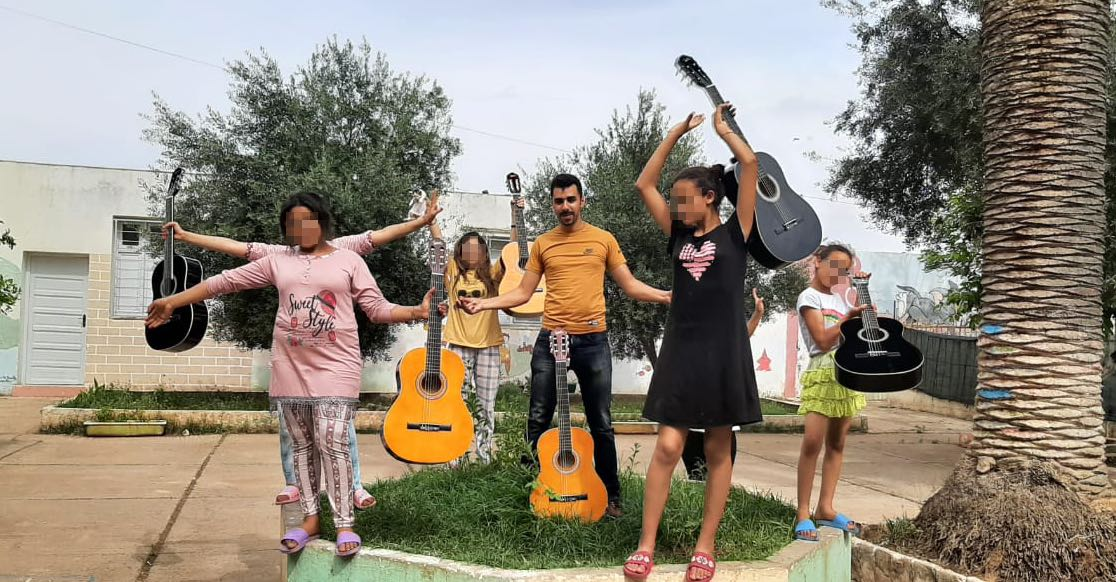 ragazzi-ragazze-chitarre-alberi