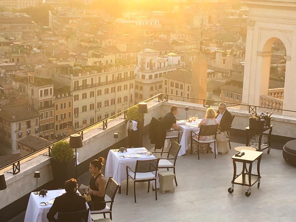 terrazza-tavoli-pranzo-ferragosto-2021