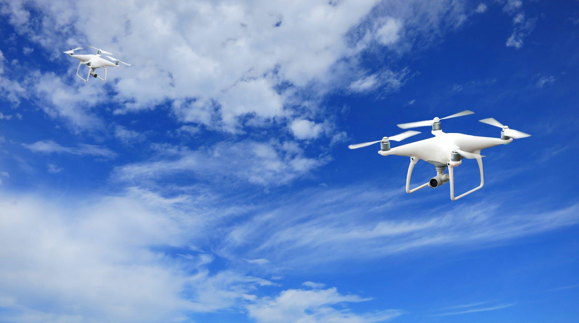 drone-cielo-nuvole