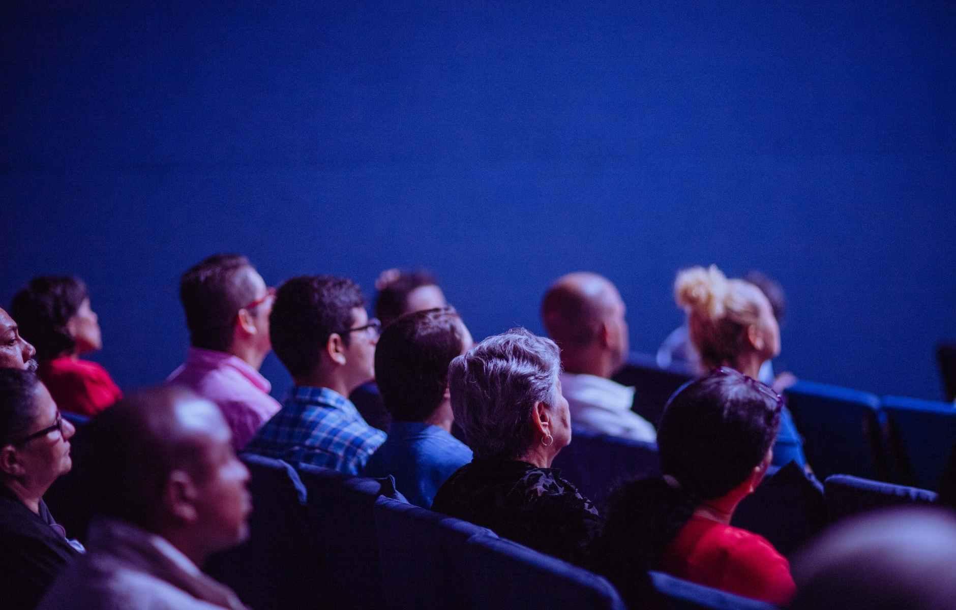 cinema-pubblico-platea-persone-poltrone