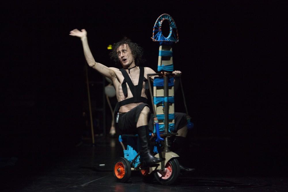 uomo-nudo-triciclo