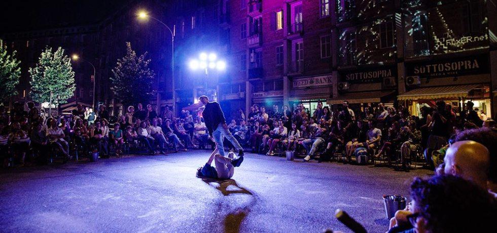 piazza-ragazzo-ragazza-luci-danza
