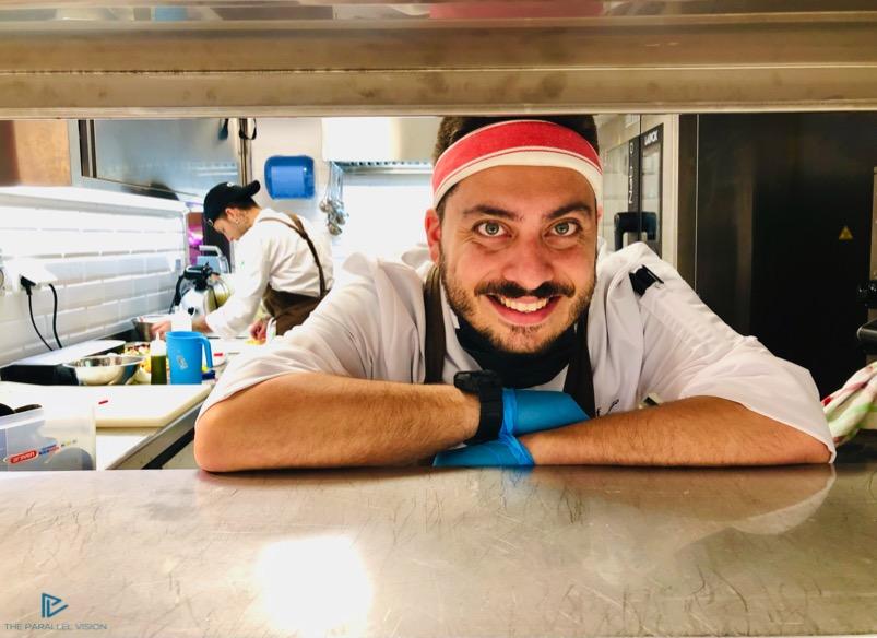 ragazzo-sorride-guanti-chef-cucina