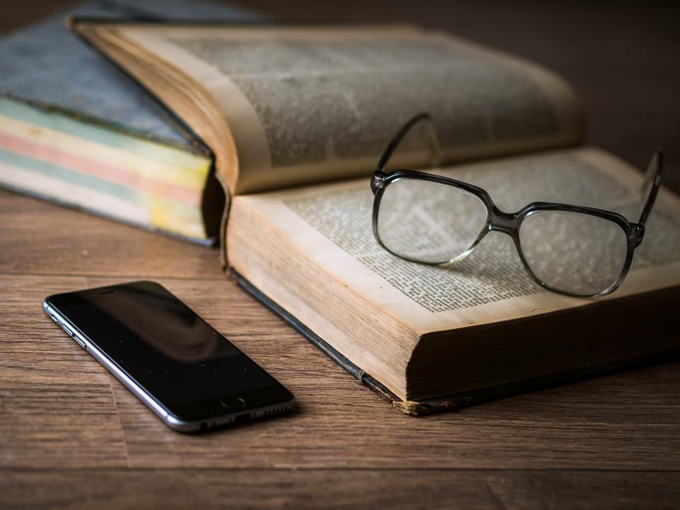 occhiali-libro-cellulare