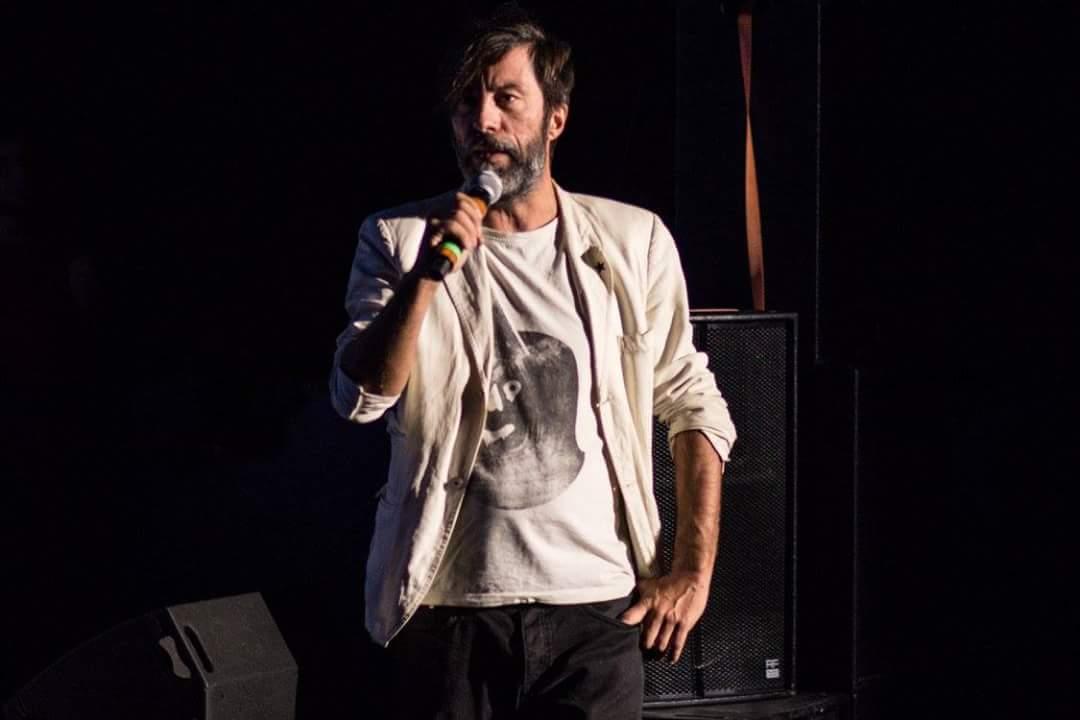 uomo-microfono-barba-giacca