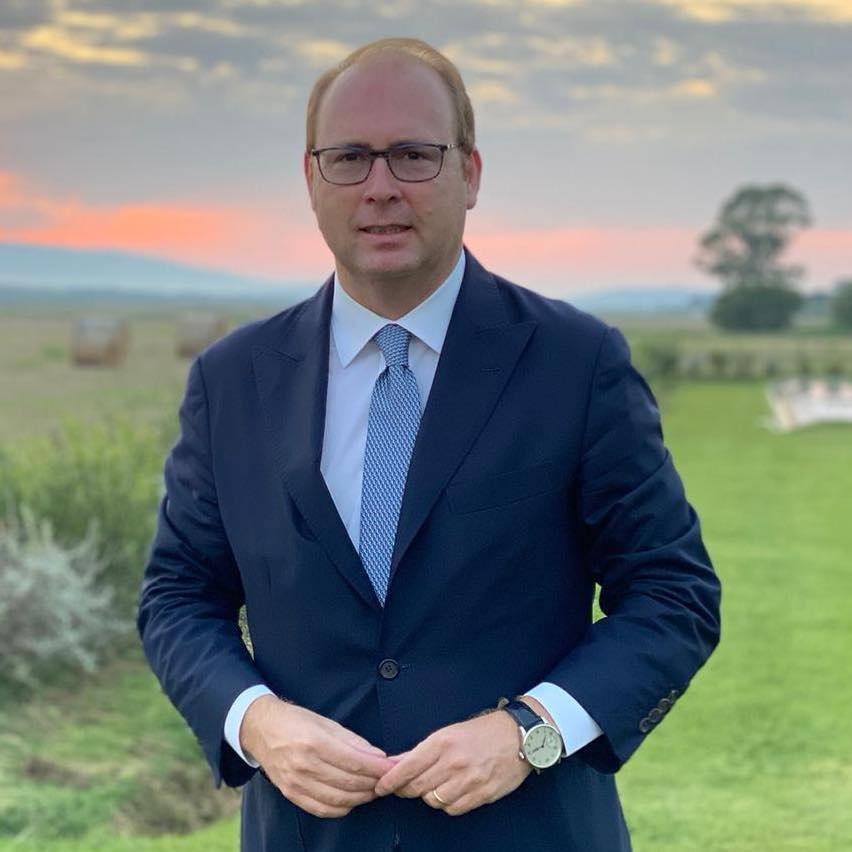 uomo-giacca-cravatta-occhiali-davide-bordoni-elezioni-amministrative-roma-2021