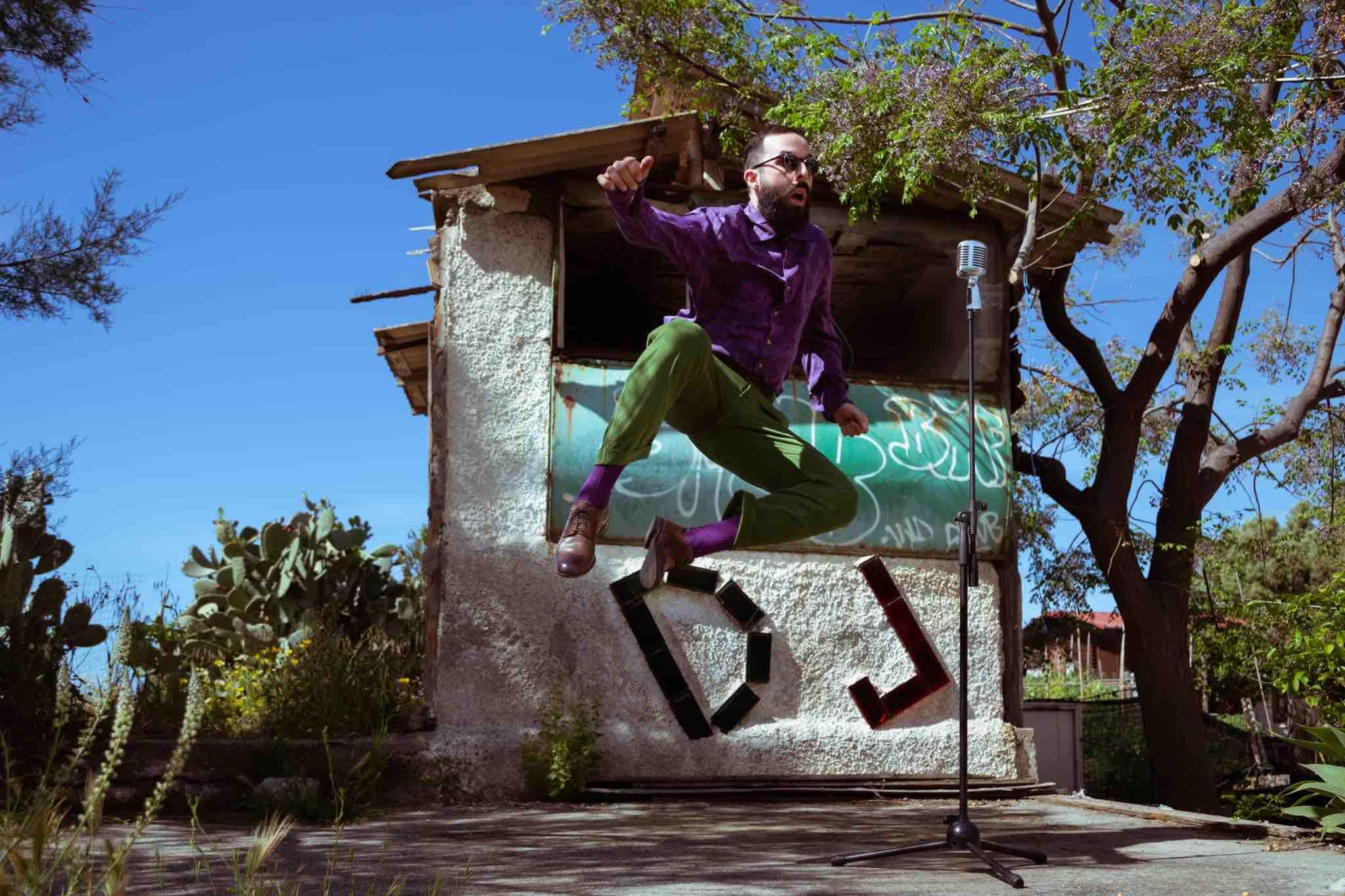 ragazzo-salta-microfono-casa-dj-cielo-alberi