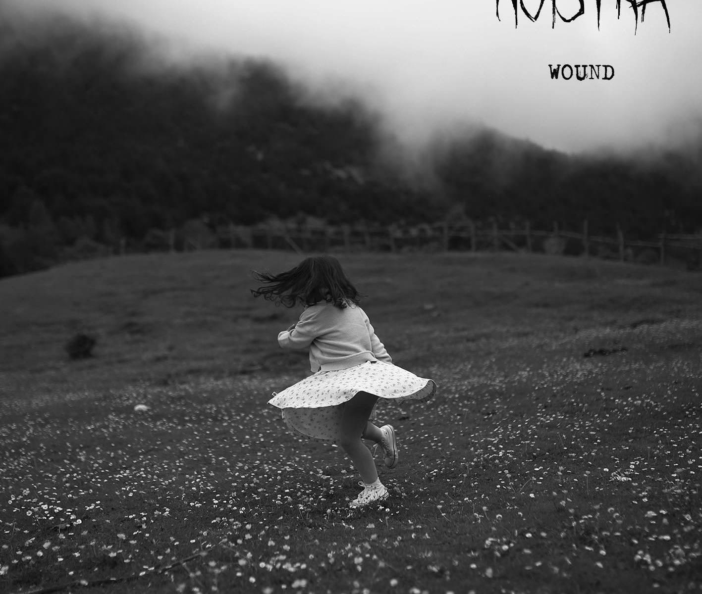 bambina-prato-nebbia-fiori