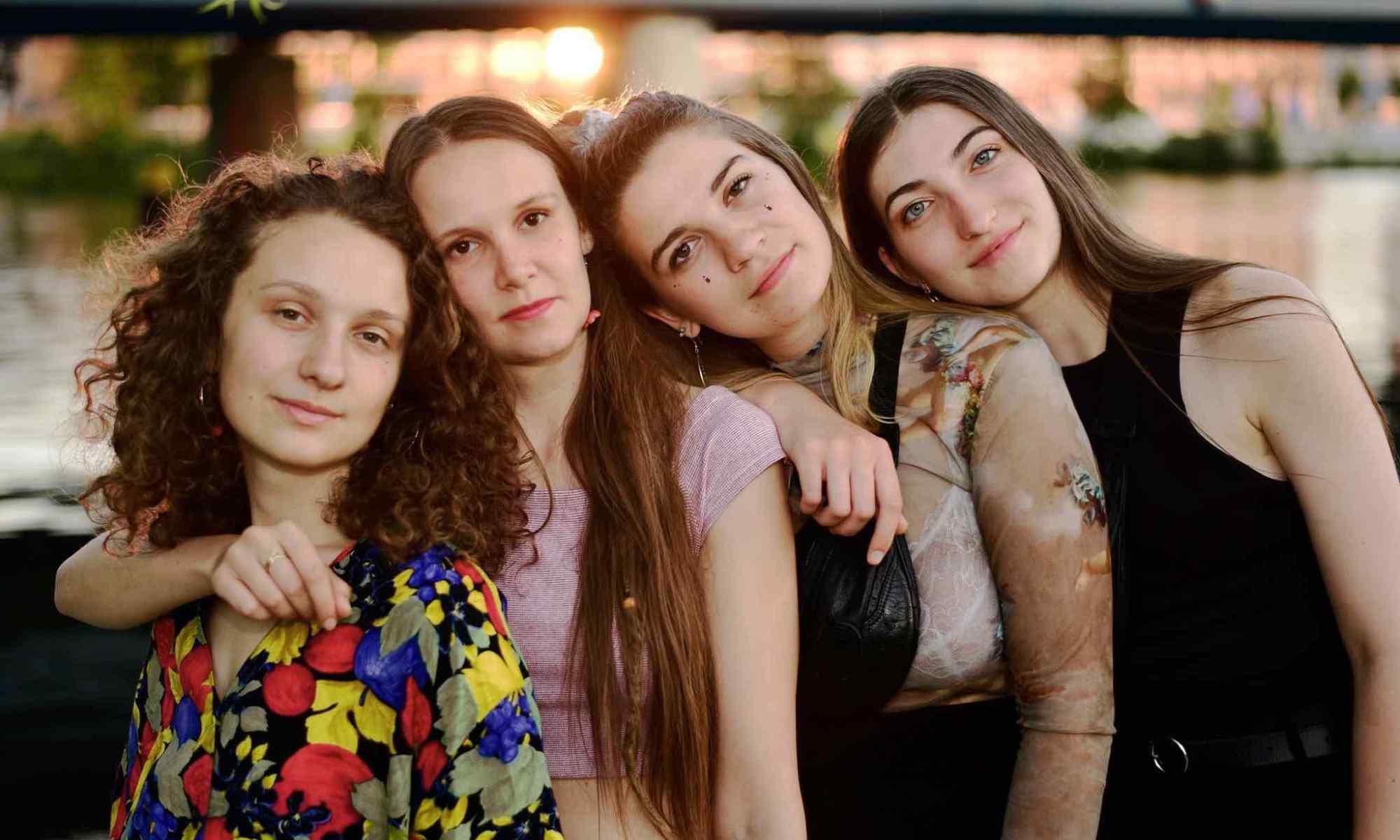 ragazze-sorridono-visi-mani-errichetta-festival