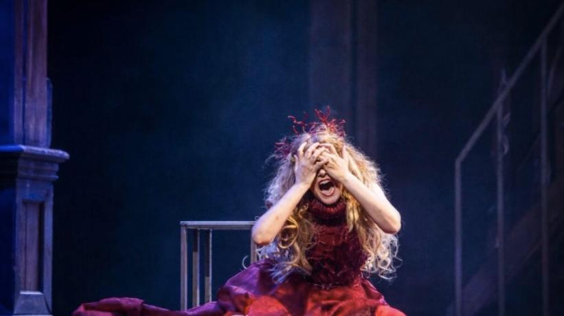 donna-mani-urlo-vestito-rosso