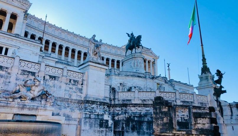 monumento-statue-bandiera-italiana-marmo-bianco