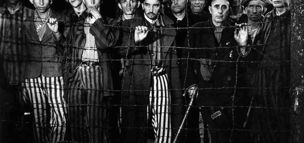 prigionieri-filo-spinato-bianco-e-nero-uomini