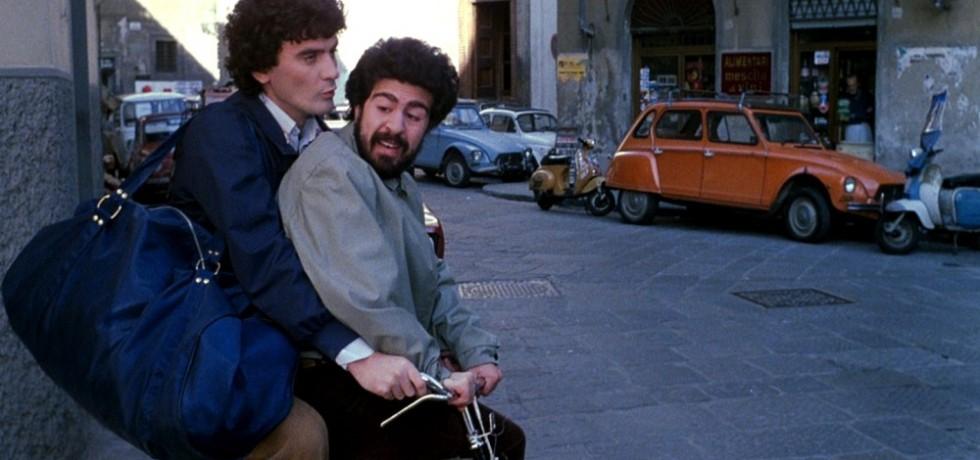 ragazzi-bicicletta-auto-borsa-barba